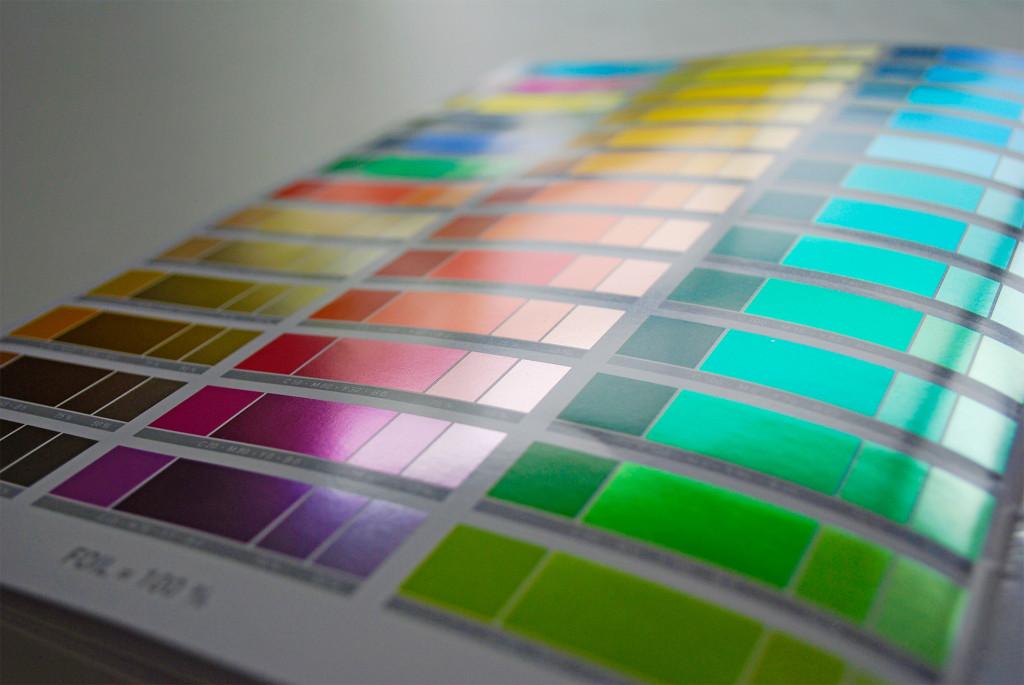 De brochure van Grafische Group Matthys biedt een handige kleurenkaart waarmee je het effect van de folie op je CMYK-tinten kan inschatten.